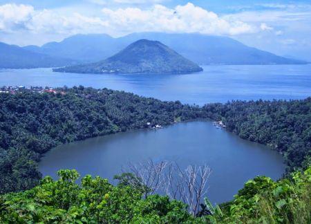 Danau Laguna Ngade yang Menakjubkan di Maluku Utara