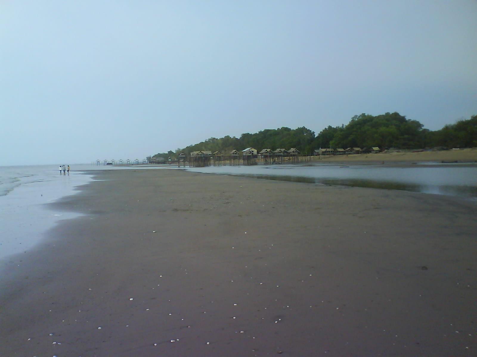 Pantai Tanjung Belandang Kalimantan Barat Menikmati Pemandangan di Atas Gazebo