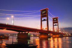 Pemandangan Jembatan Ampera di malam hari