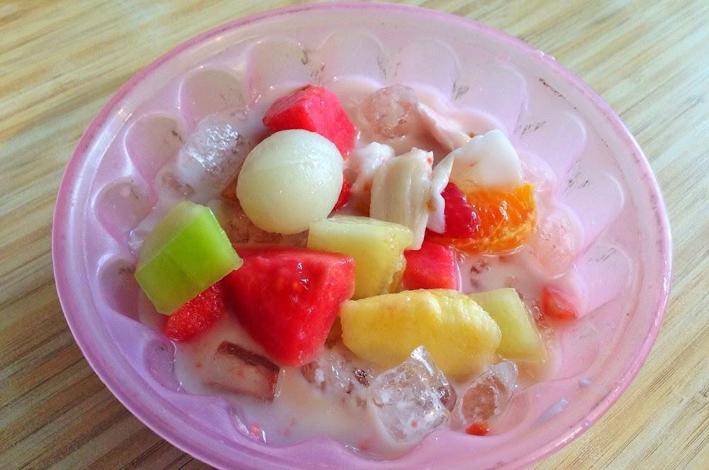 semangkuk sop buah pak ewok di atas meja